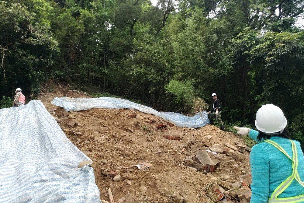 被拆毀之李家家族墓現址,磚瓦碎片已散落土堆中,攝於2019年5月6日。 圖/作者...