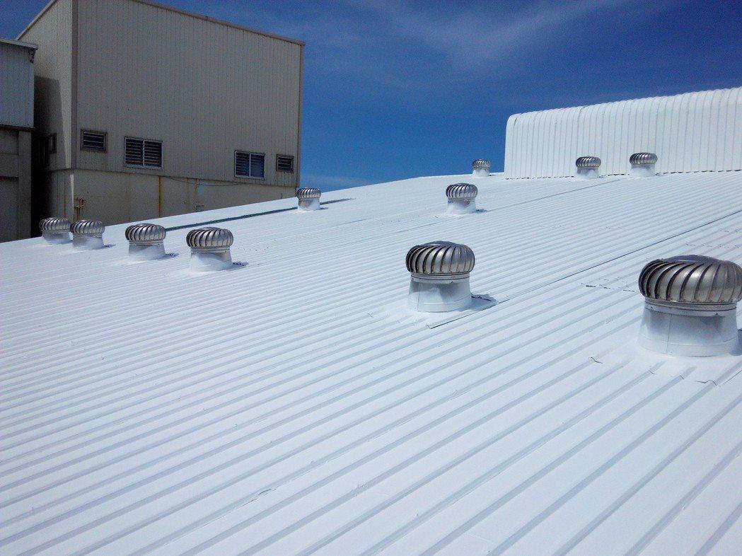 廠房的烤漆板屋頂施工168烤漆浪板專用塗料後,浪板明亮如新。 雨漏熱/提供