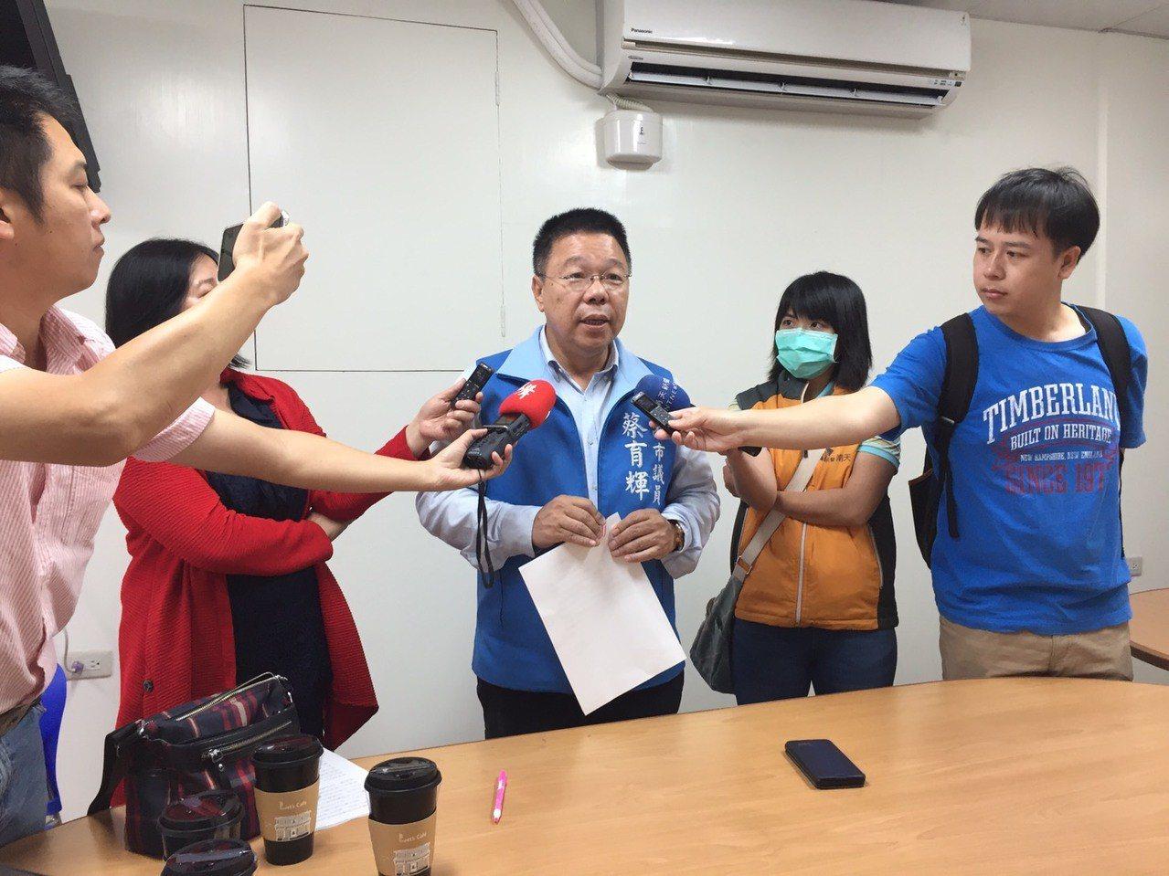 國民黨台南市議員蔡育輝(中)決定投入立委選戰。圖/蔡育輝提供