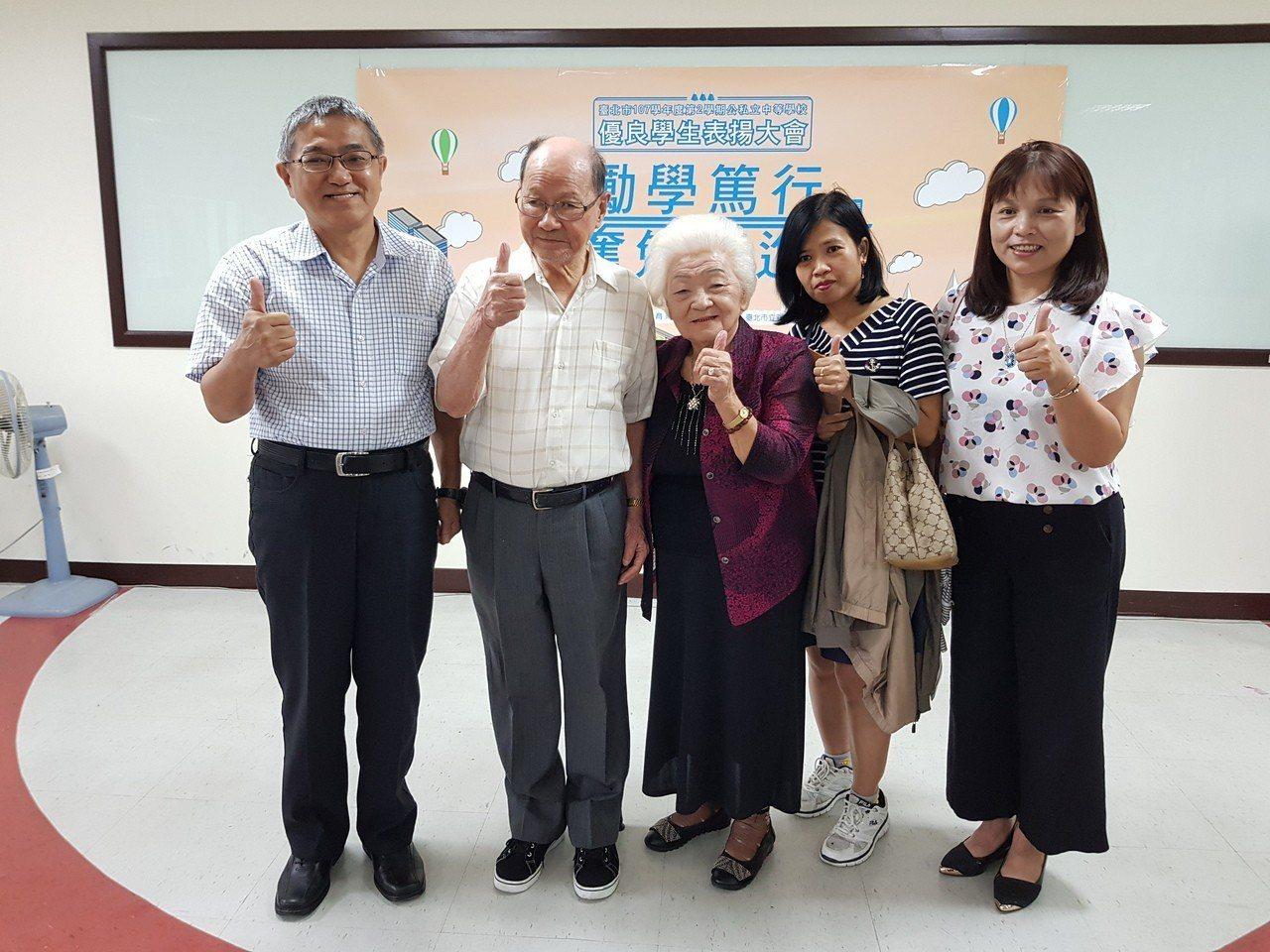 92歲黃衍鐘(左二)現為民權國中附設補校二年級學生,他每天通勤到校從不缺席,在家...