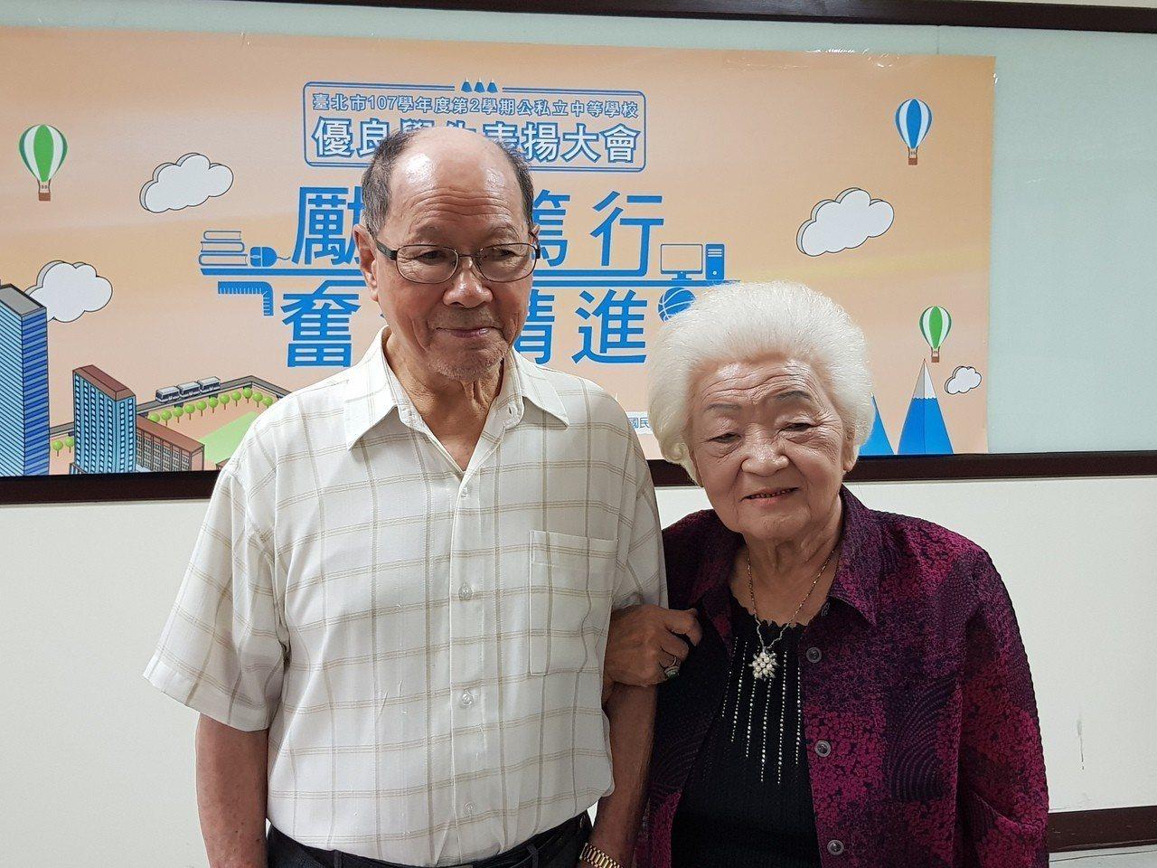 92歲黃衍鐘(左)現為民權國中附設補校二年級學生,他每天通勤到校從不缺席,在妻子...