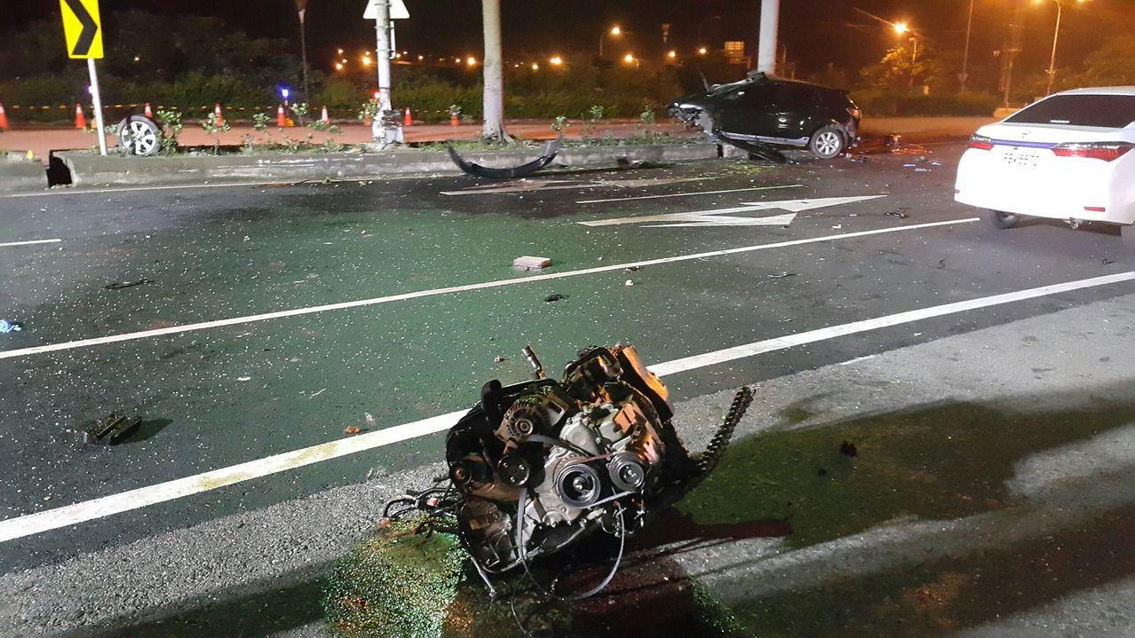 黑色轎車撞上分隔島,車體毀損嚴重。圖/記者胡蓬生翻攝