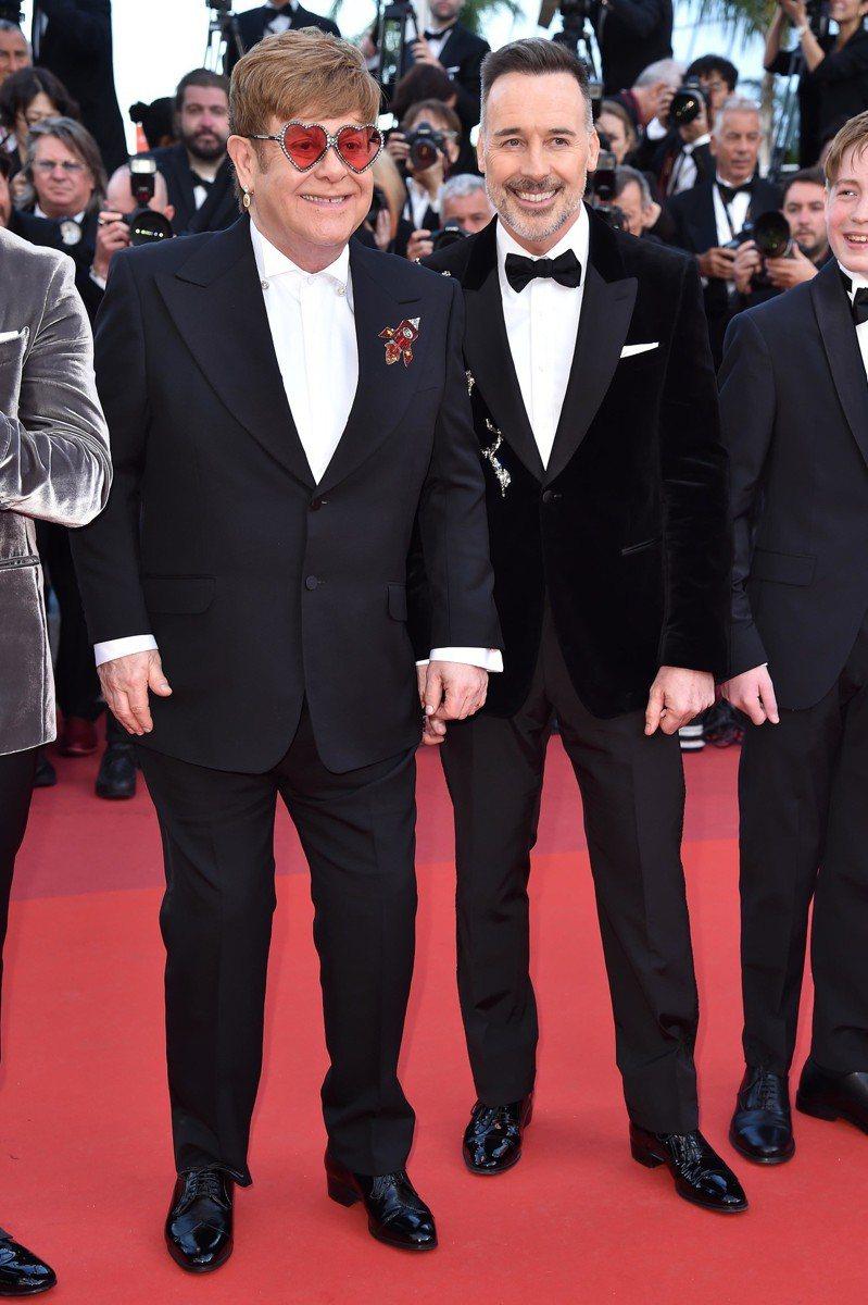 艾爾頓強穿古馳配戴蕭邦珠寶出席《火箭人》首映紅毯。圖/古馳提供