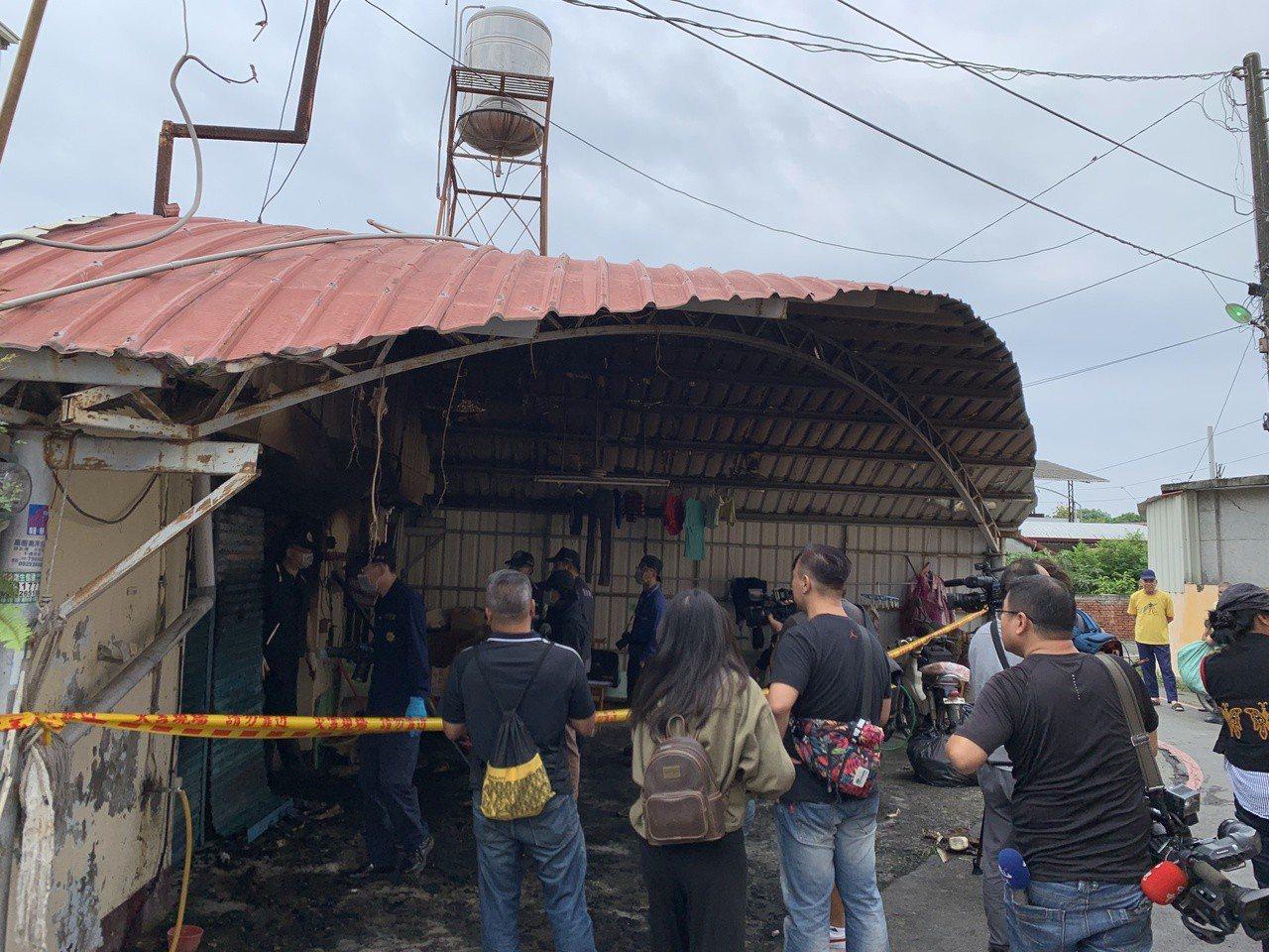 屏東縣消防局鑑識人員正在現場火調。記者翁禎霞/攝影