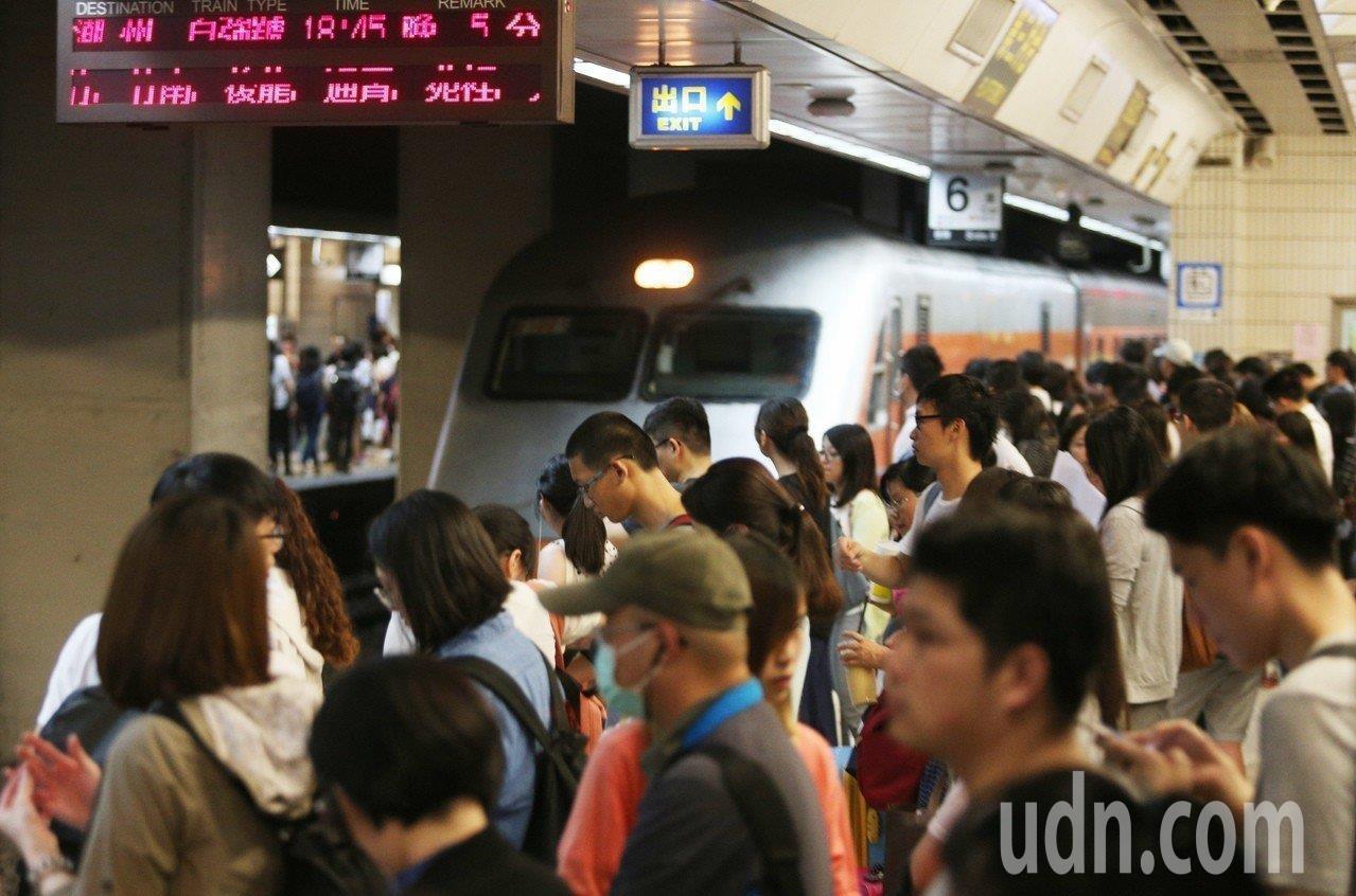 民眾拿著大包小包行李準備搭車。本報資料照片
