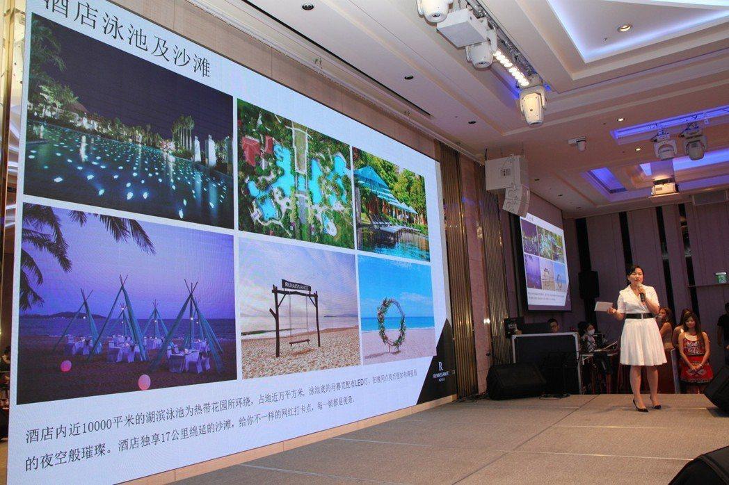 三亞萬麗度假酒店人員介紹當地酒店的風景和設施。記者黃寅/攝影