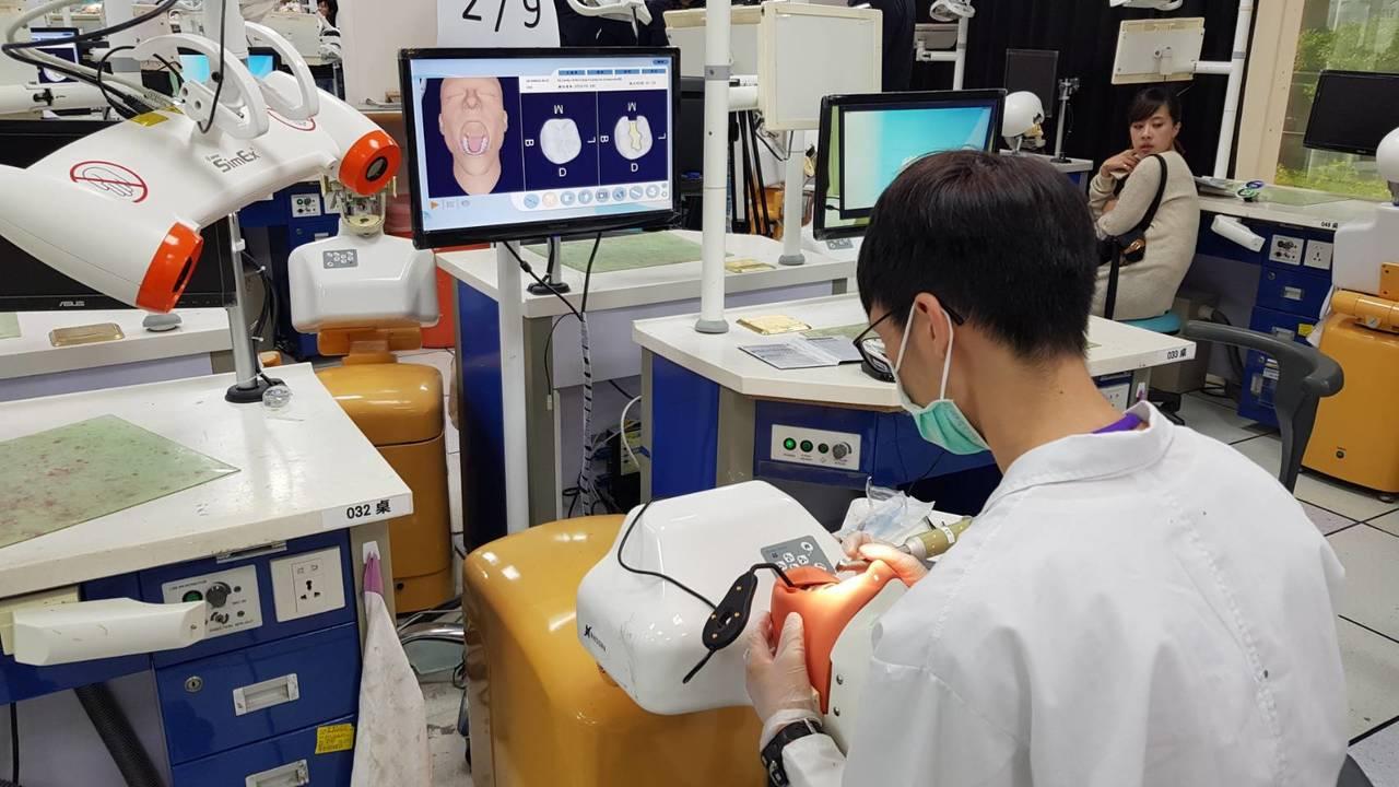 因應牙科教育數位化風潮,台北醫學大學牙醫學系與南部科學園區廠商合作,今天舉辦第一...