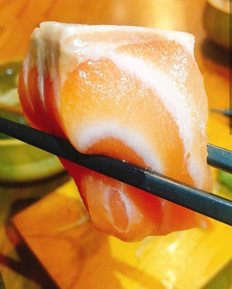 「坐一下吧」生魚片厚切誘人。IG @gisfoodie提供