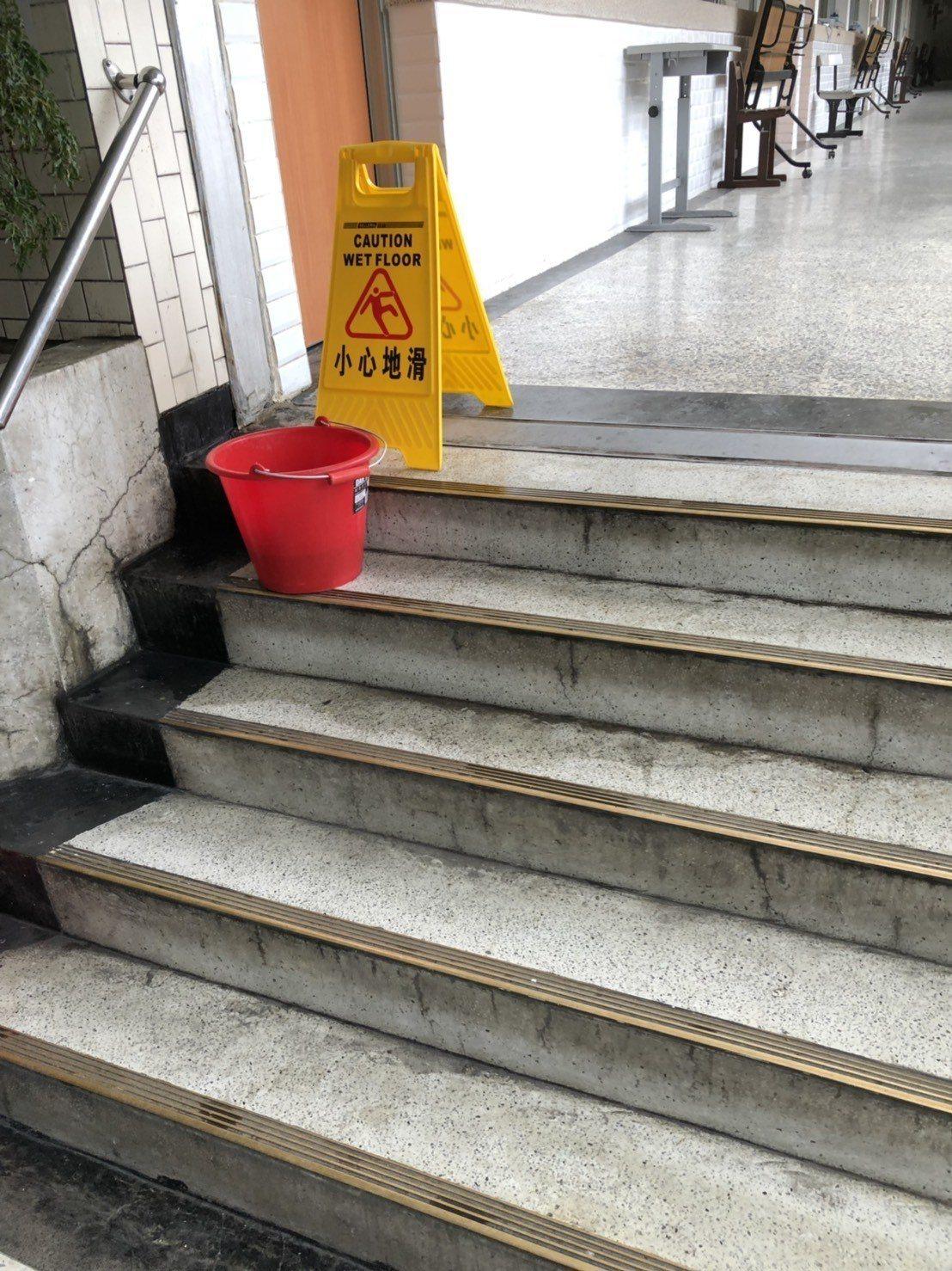 中女中總務主任林明佐表示,周一急降雨;212班教室在正誼樓也是一樣的狀況,排水不...