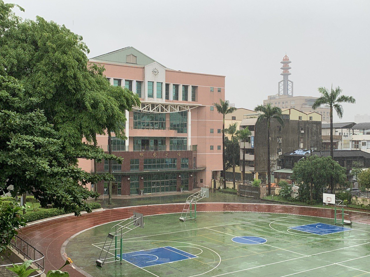 台中市5月20日降下豪大雨,中女中校園也變成「水世界」,學生在網路上貼出「近日因...