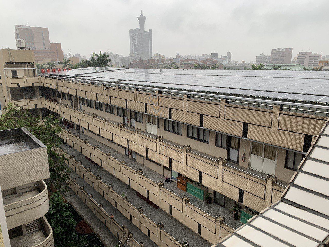 中女中總務主任林明佐表示,周一急降雨,綜合大樓頂樓排水不及,加上目前在建置太陽能...