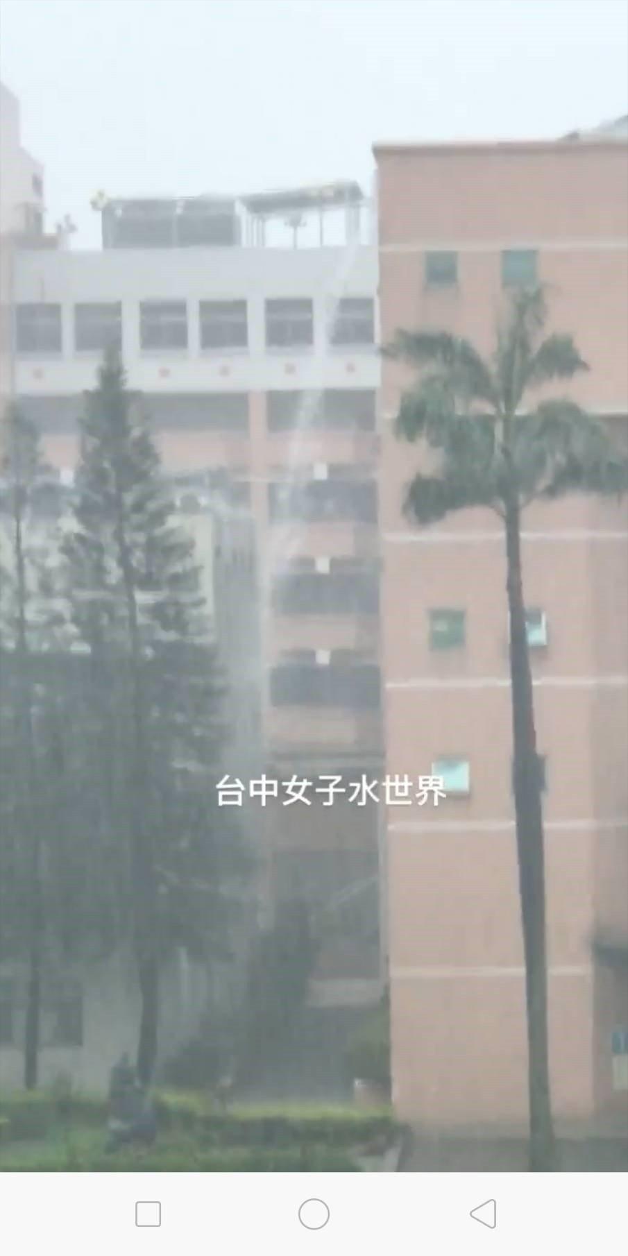 台中市5月20日降下豪大雨,台中女中校園變成「水世界」,學生在網路上貼出「近日因...