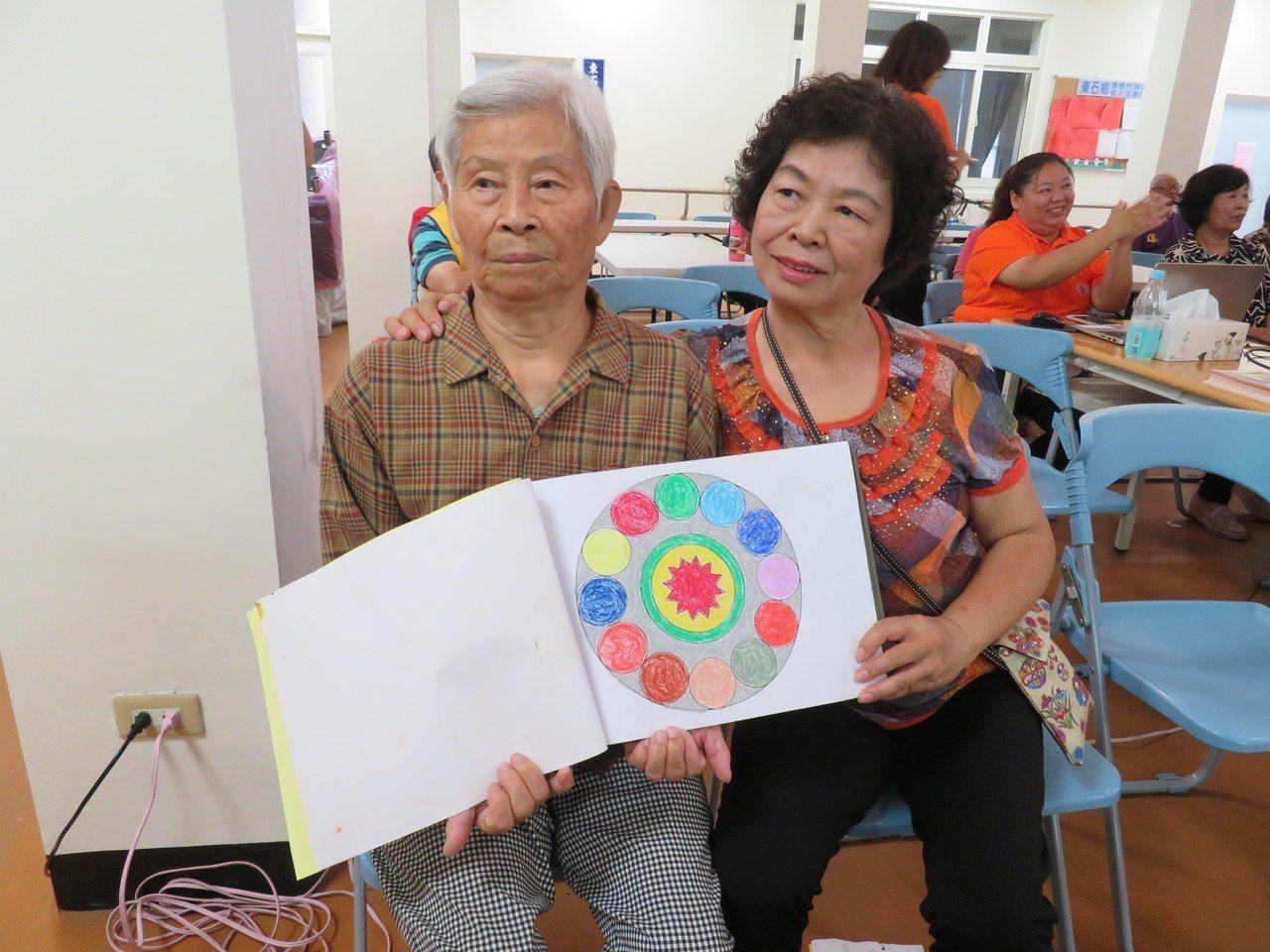 弘道扶助的1戶雙重身障家庭出席分享,住外地62歲女兒林喜珠(右)回家照顧85歲失...