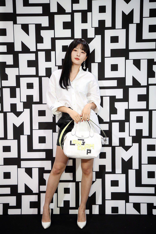 韓團Red Velvet成員Seulgi以LGP白色小羊皮手袋出席上市派對。圖/...