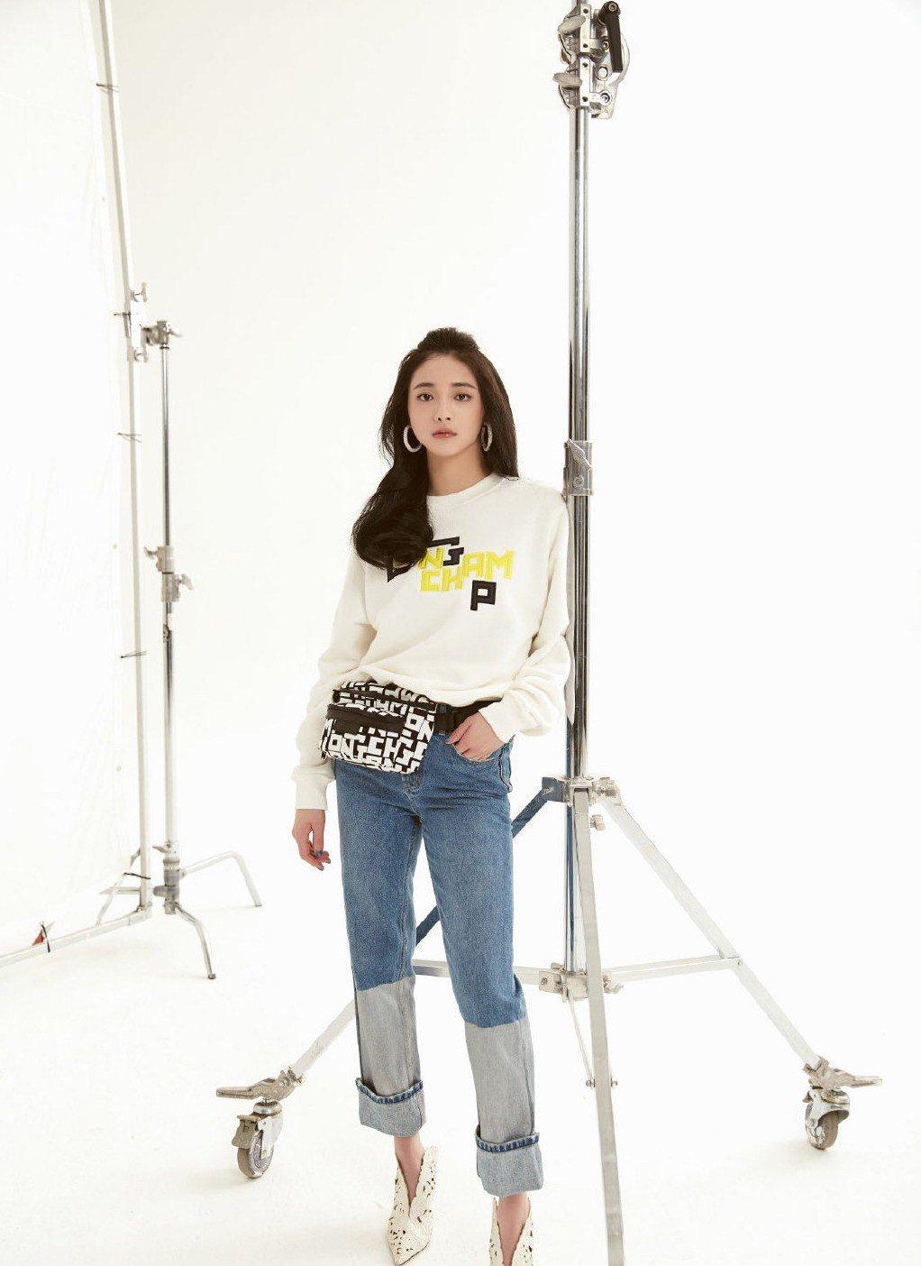 20歲的周潔瓊以腰包搭配同色LGP系列運動衫,展現年輕時髦。圖/取自微博