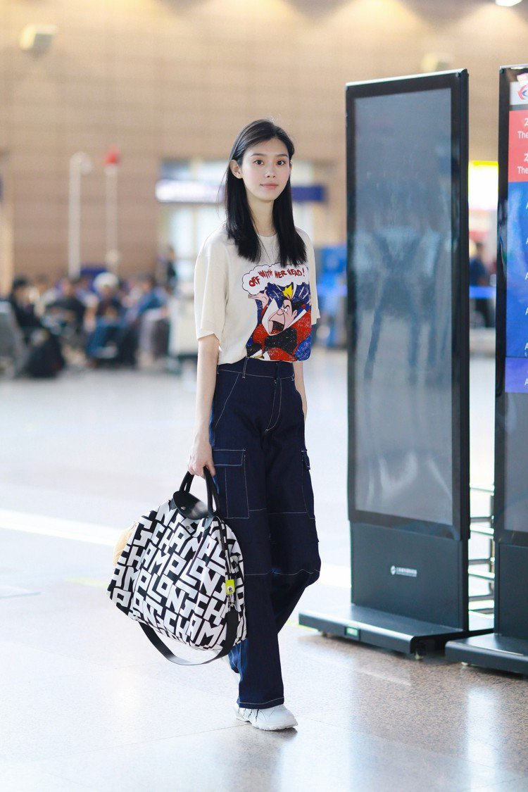 奚夢瑤拎著黑白色LGP手袋,演繹度假小清新模樣。圖/LONGCHAMP提供