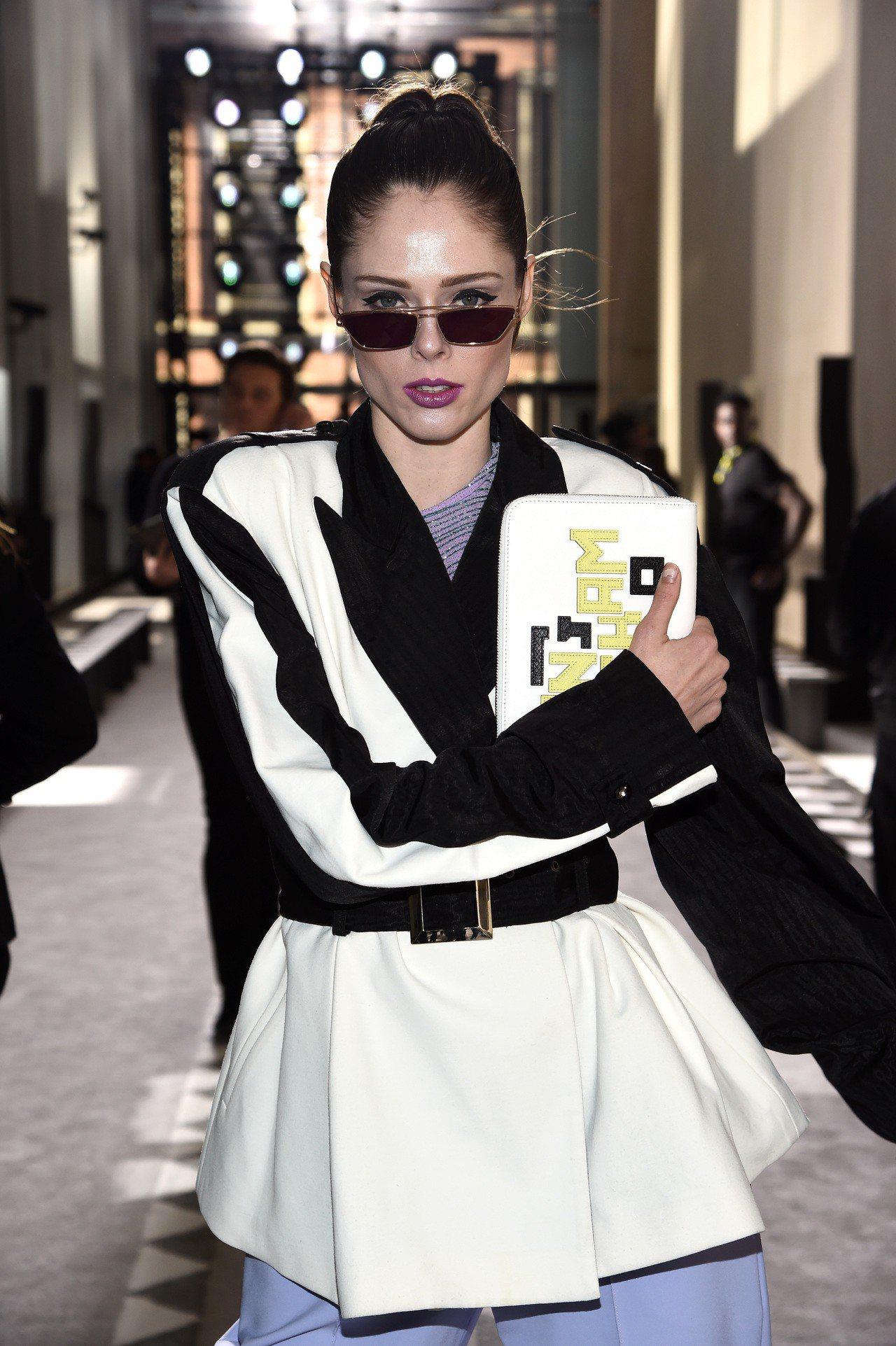 加拿大超模Coco Rocha出席紐約時裝周時,即以白色LGP小羊皮手拿包展現霸...