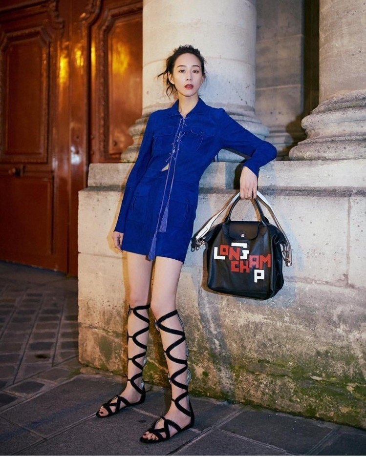 張鈞甯以LGP小羊皮手袋搭配平底羅馬鞋,小露性感。圖/LONGCHAMP提供