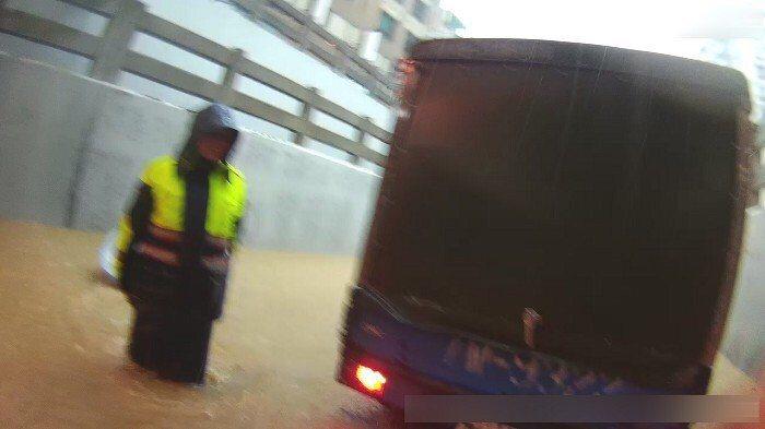 台中暴雨造成太原地下道龐婦駕駛的小貨車拋錨,五名員警合力將貨車推至安全處。記者林...