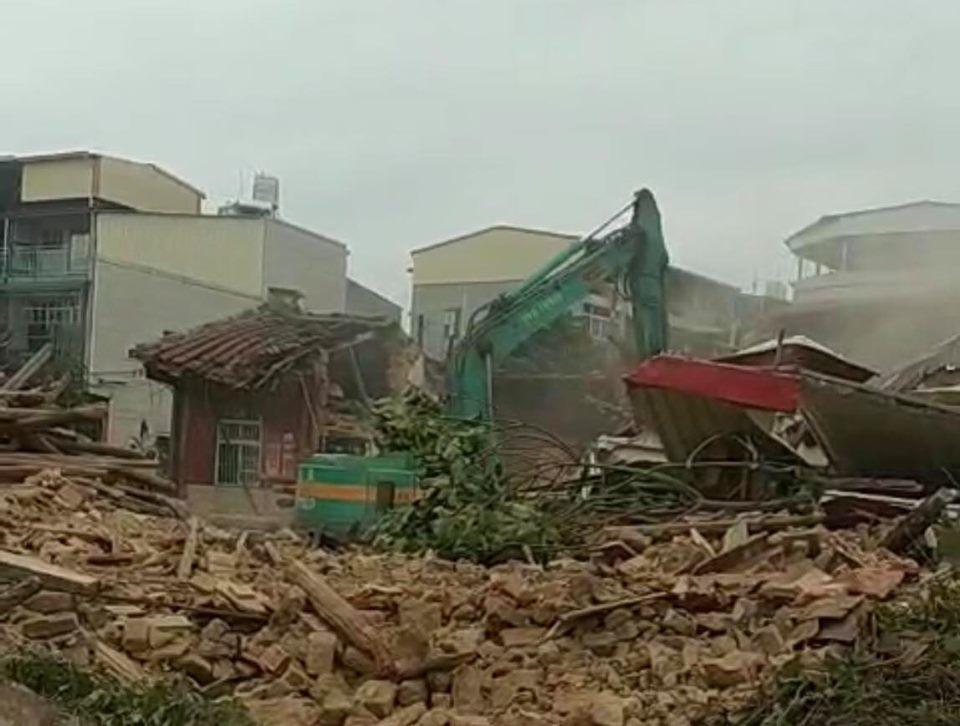 仁武劉氏古厝今早已被挖土機夷成平地。圖/翻攝高市前議員張豐藤臉書
