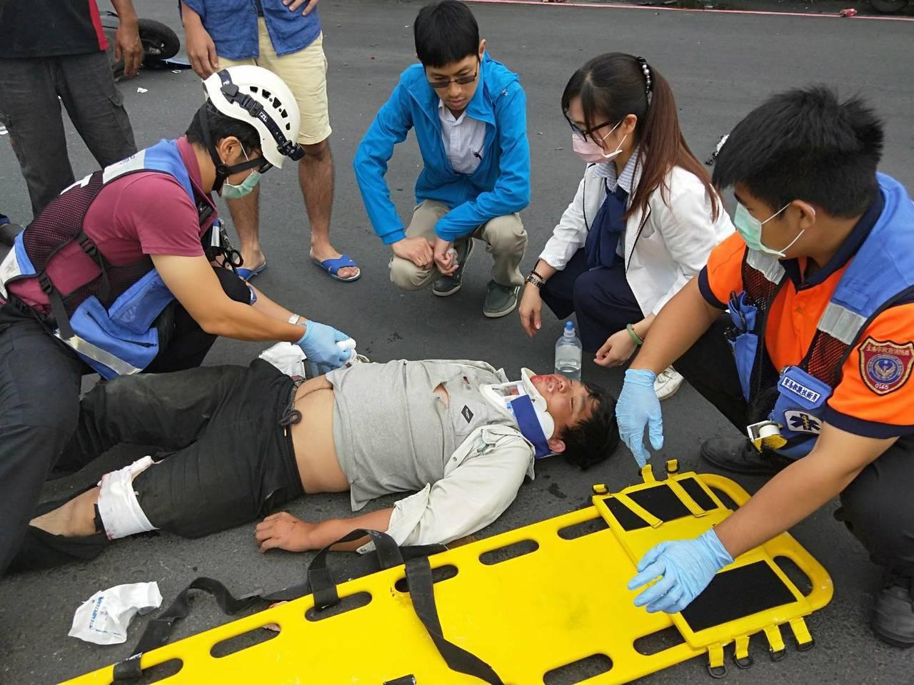 台南機車騎士車禍受重傷,女護理師現場做心肺復甦術急救後送醫。圖/本報讀者提供