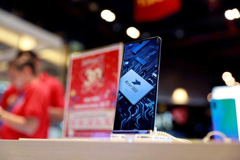 中國電信龍頭華為上周遭美國列入貿易黑名單後,先是谷歌20日限制Google Play等應用軟體服務,英國晶片設計商安謀(ARM)中止與華為的業務往來,多國電信商也正陸續跟進禁令,停止銷售華為手機,形成對華為海外市場的軟硬體「雙重絞殺」。路透