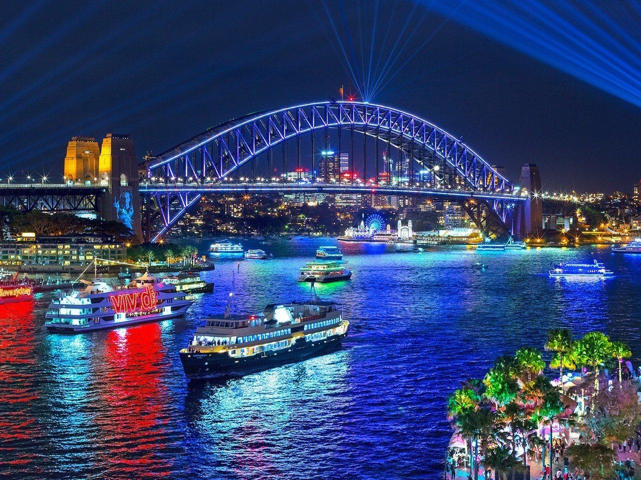 璀璨耀眼的七彩燈光,打亮雪梨的夜晚。圖/Destination NSW