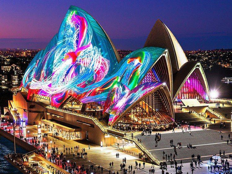 雪梨燈光音樂節透過燈光、投影,呈現出繽紛閃耀的光影效果。圖/Destinatio...