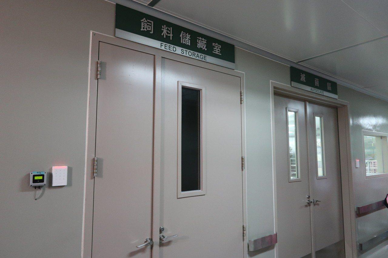 林口長庚研究大樓啟用,當中「實驗動物中心」位於地下2層,內部設有動物飼養區、滅菌...