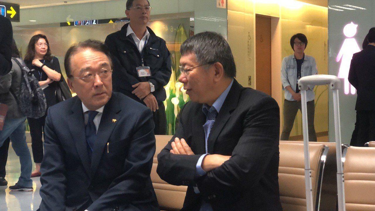 台北市長柯文哲今天搭機赴日進行為期四天的參訪,日本駐台代表沼田幹夫特別來送機。值...