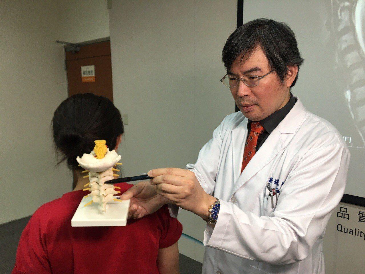 台中榮總功能性神經外科主任鄒錫凱指出,吳婦因為第四、五頸椎椎間盤突出,又合併椎間...