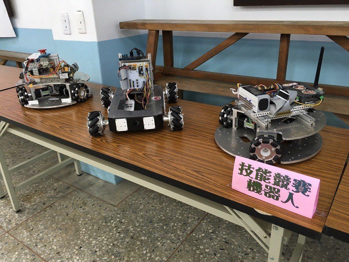 君毅學生發揮maker精神,設計參賽機器人。圖/君毅高中提供