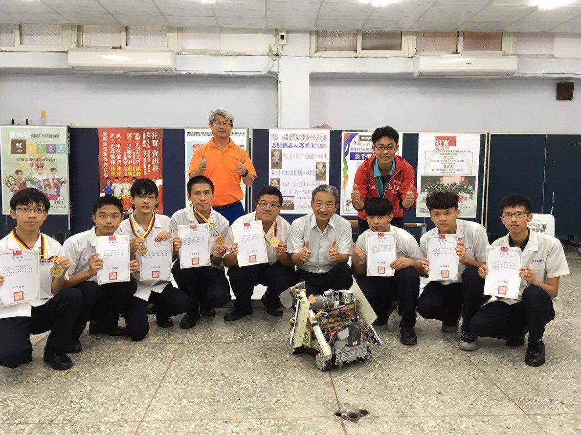 君毅高中上午表揚機器人比賽優勝學生。圖/君毅高中提供