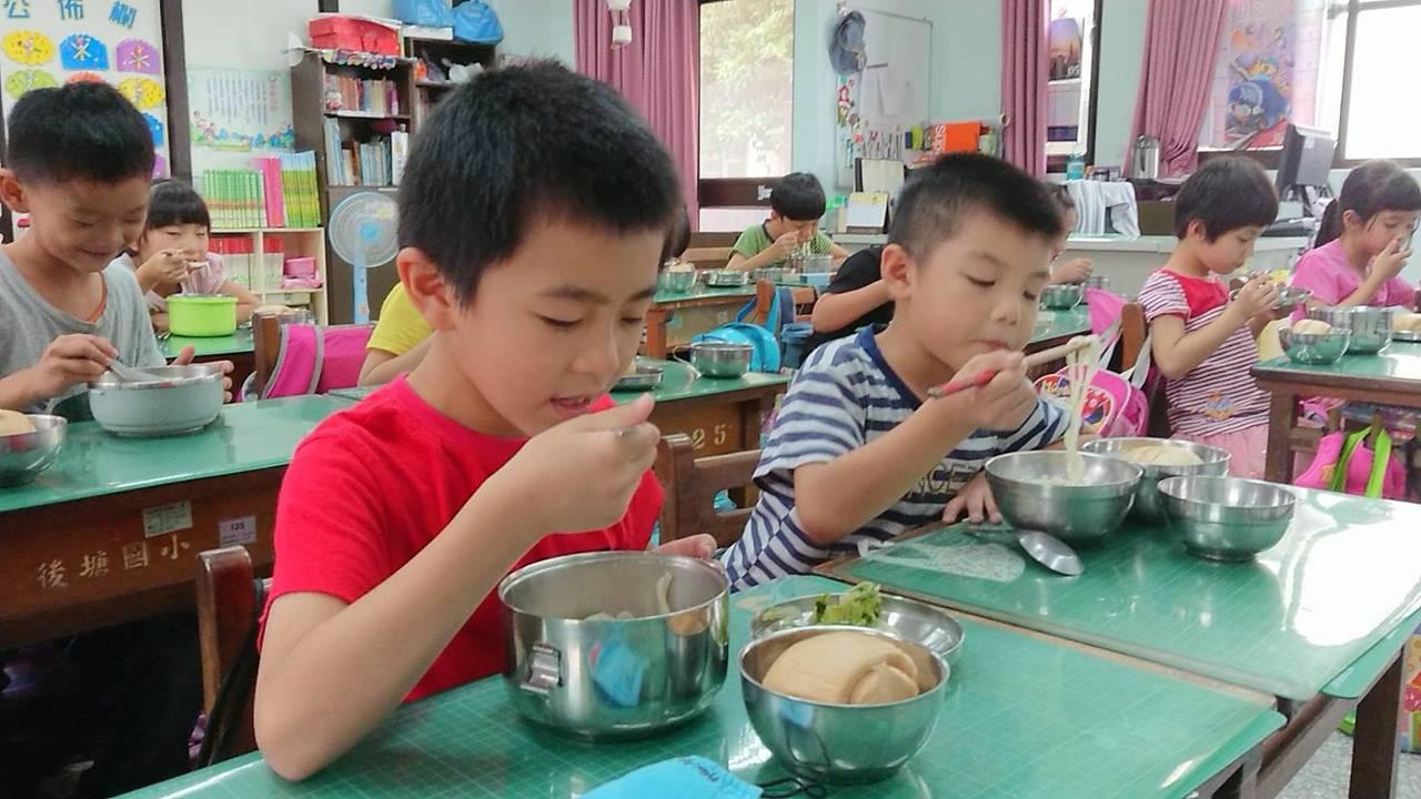 黃雅娟昨天依食譜料理簡單湯麵,學童都稱讚好吃。記者卜敏正/攝影