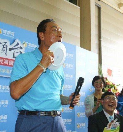 鴻海董事長郭台銘(左)日前到桃園市參訪清淨海生技公司,還用嘴巴舔盤子代表清潔劑很...