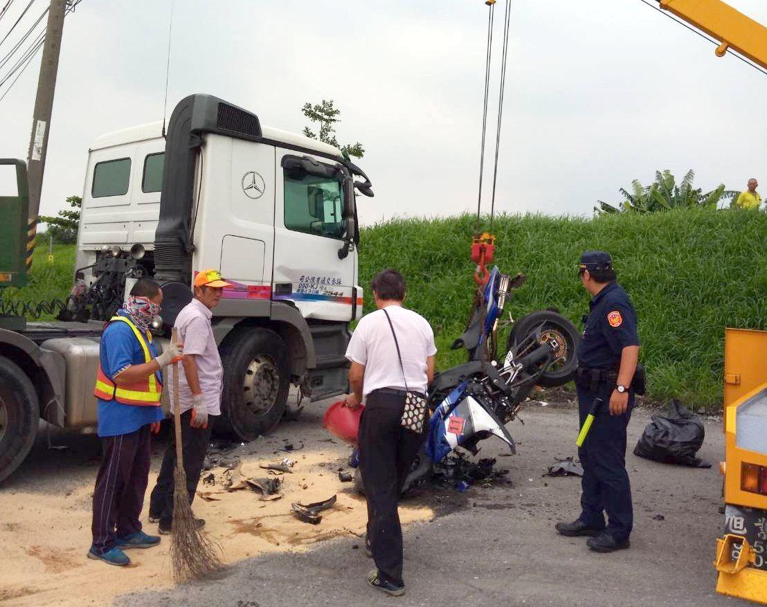 車禍發生後,警方趕抵調查肇事原因。記者林保光/翻攝