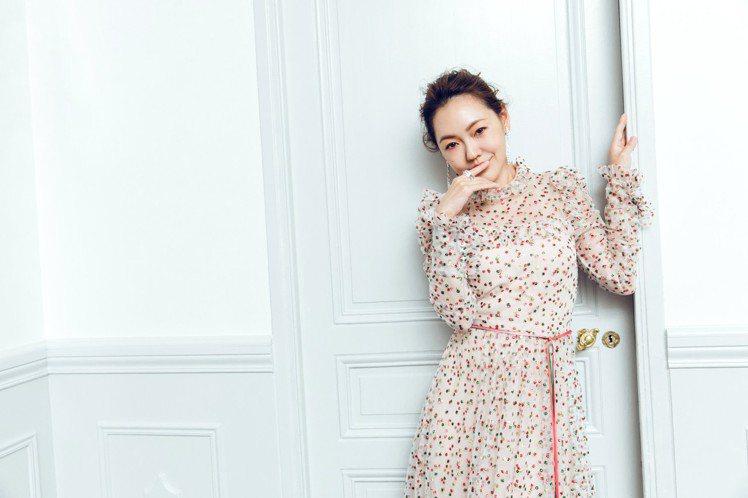 小S參加坎城影展活動晚宴,換上帶點可愛氣質的粉膚色圓點刺繡高領洋裝,搭配了De ...