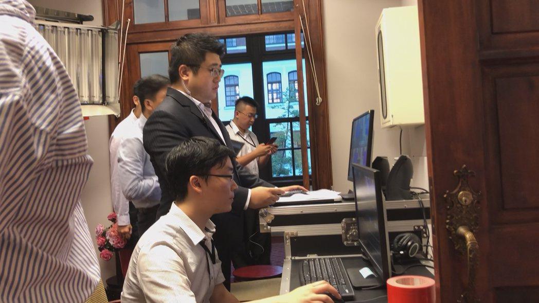 為了總統就職三周年記者會,林鶴明在總統府副控室觀看會場的拍攝狀況。記者林敬殷/攝...