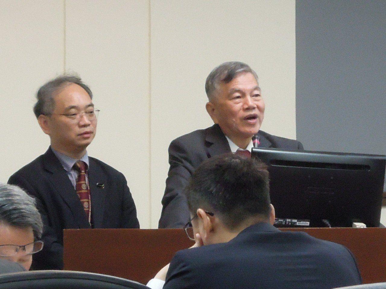 經濟部長沈榮津(右)、投審會執行秘書張銘斌。記者蔡敏姿攝影