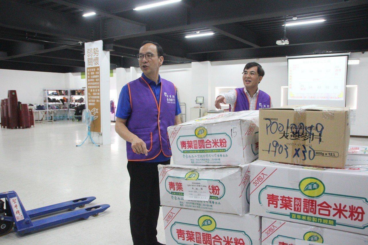 新北市前市長朱立倫今下午繼續「台灣更好‧立倫行腳」,到新北市新莊的安得烈食物銀行...