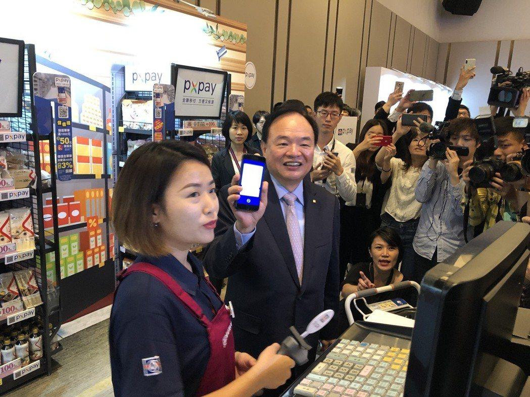 全聯23日舉行「全聯PX Pay正式上線記者會」,全聯董事長林敏雄(左二)示範在...