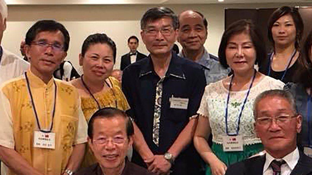 蘇啟誠(後排中)與謝長廷(前左)。 圖/引自蘇啟誠臉書