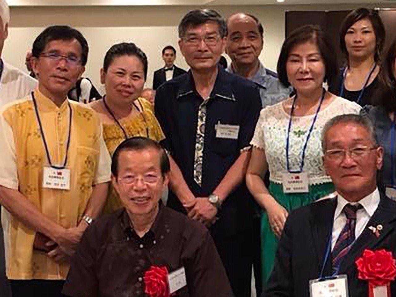 蘇啟誠(後排中)與謝長廷(前左)。圖/引自蘇啟誠臉書