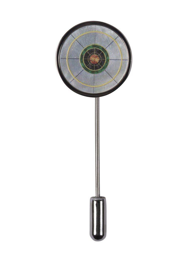 《MIB星際戰警™:跨國行動》限量膠囊系列MIB環形Logo胸針,2,800元。...