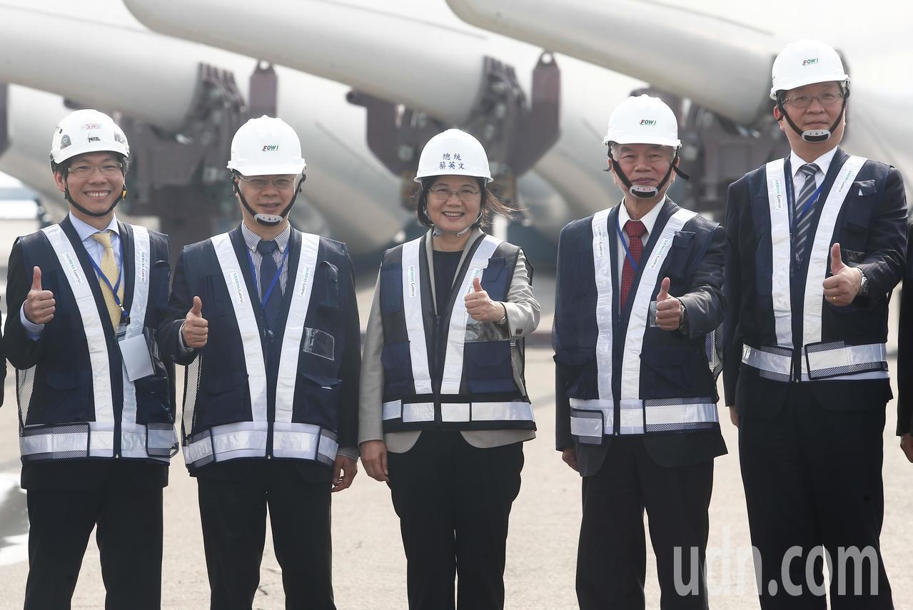 蔡英文總統(中)與經濟部長沈榮津(右二)等在風力發電所使用大型器具前合影留念。記...