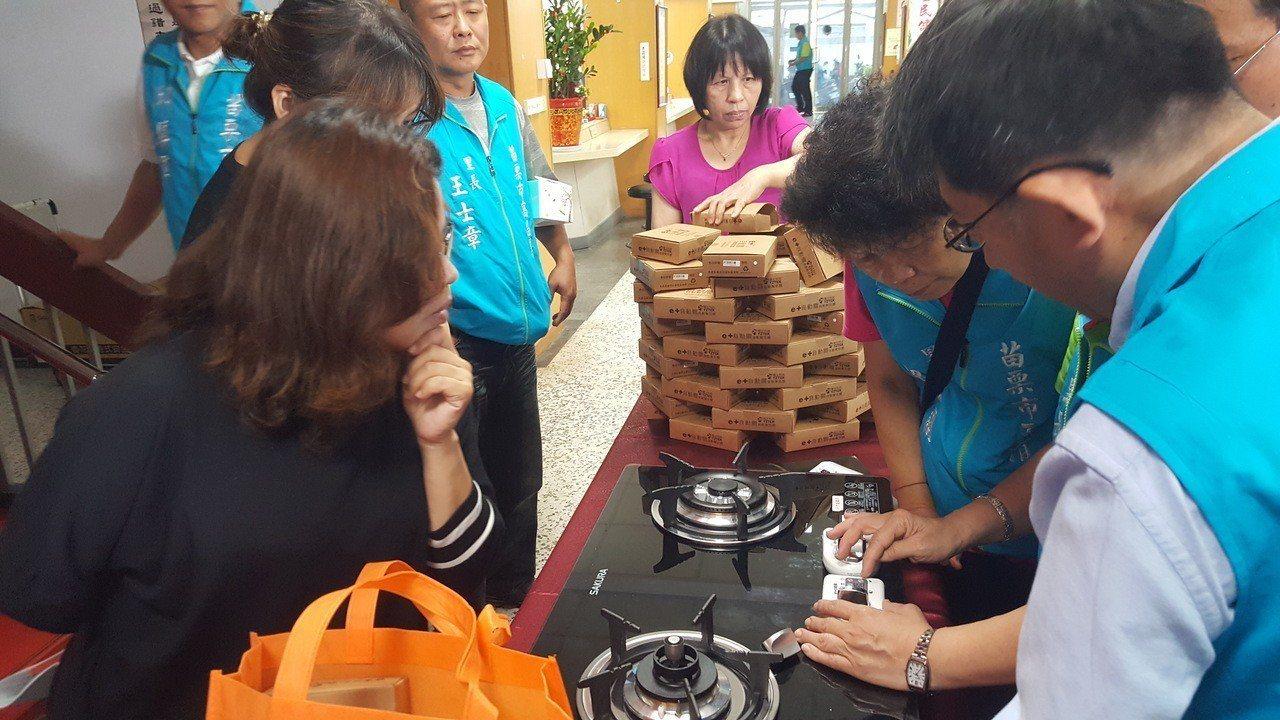 參加捐贈儀式的里長、代表學習控制器操作裝設方式。記者胡蓬生/攝影