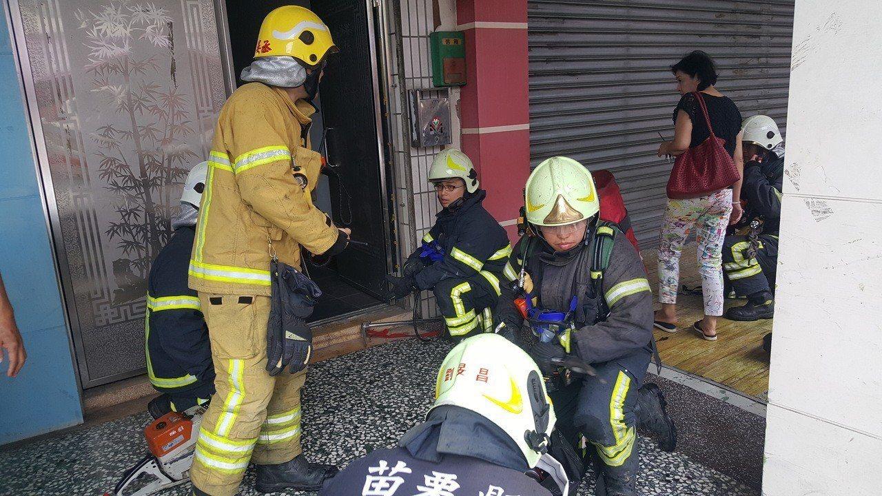 捐贈典禮進行途中,市公所對面發生「炊事不慎」引發的火警,消防人員趕到準備灌救。記...