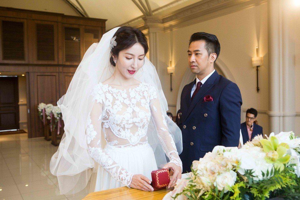 楊謹華(左)、黃健瑋上演婚禮戲。圖/八大提供