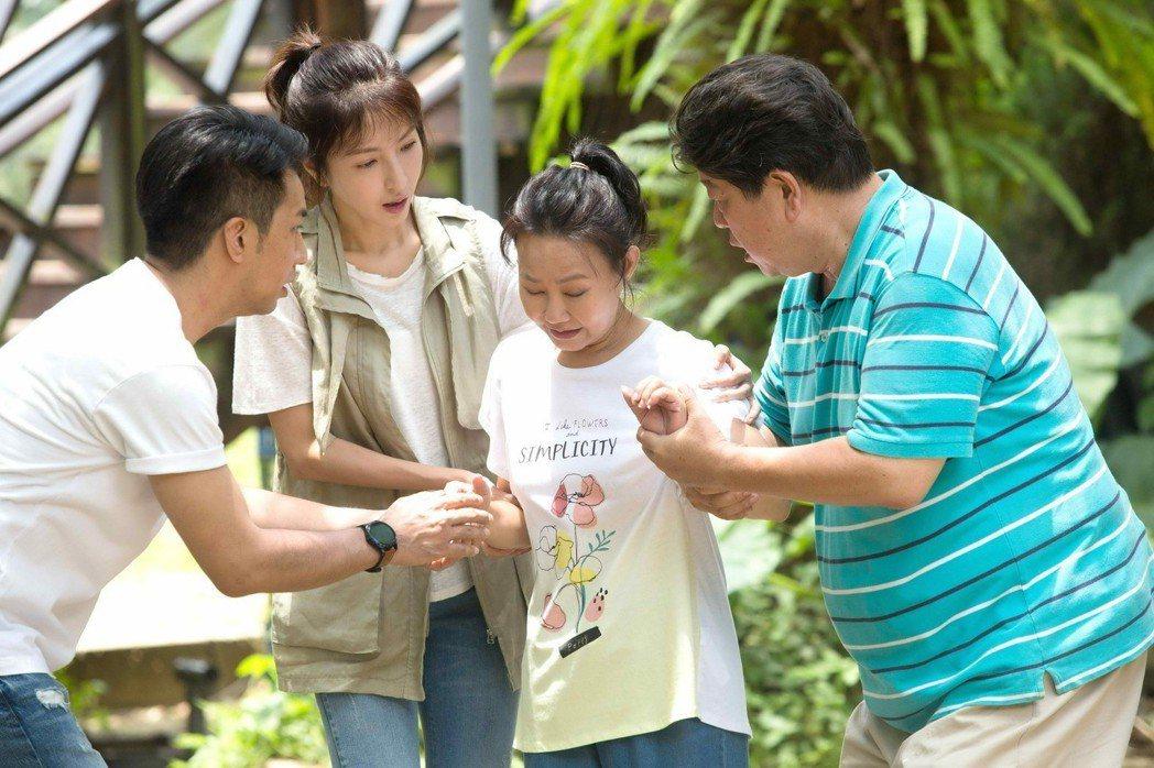 呂雪鳳(右二)劇中罹癌。圖/八大提供
