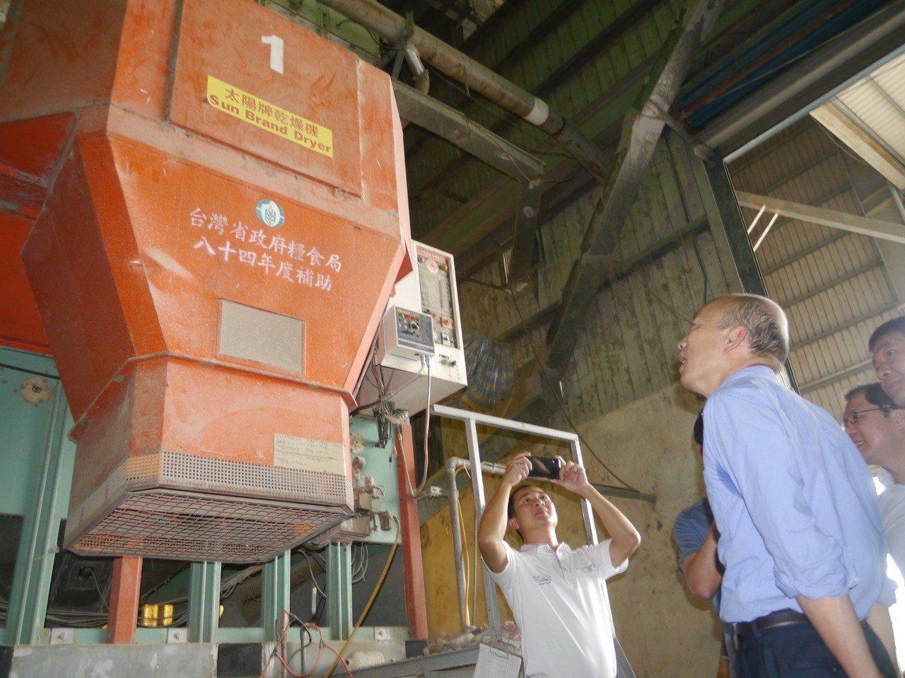 高雄市長韓國瑜參觀美濃農會碾米廠作業情況。記者徐白櫻/攝影